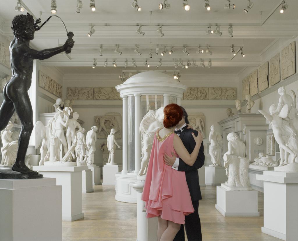 Idilio En Galería De Arte (Romance At Art Gallery)