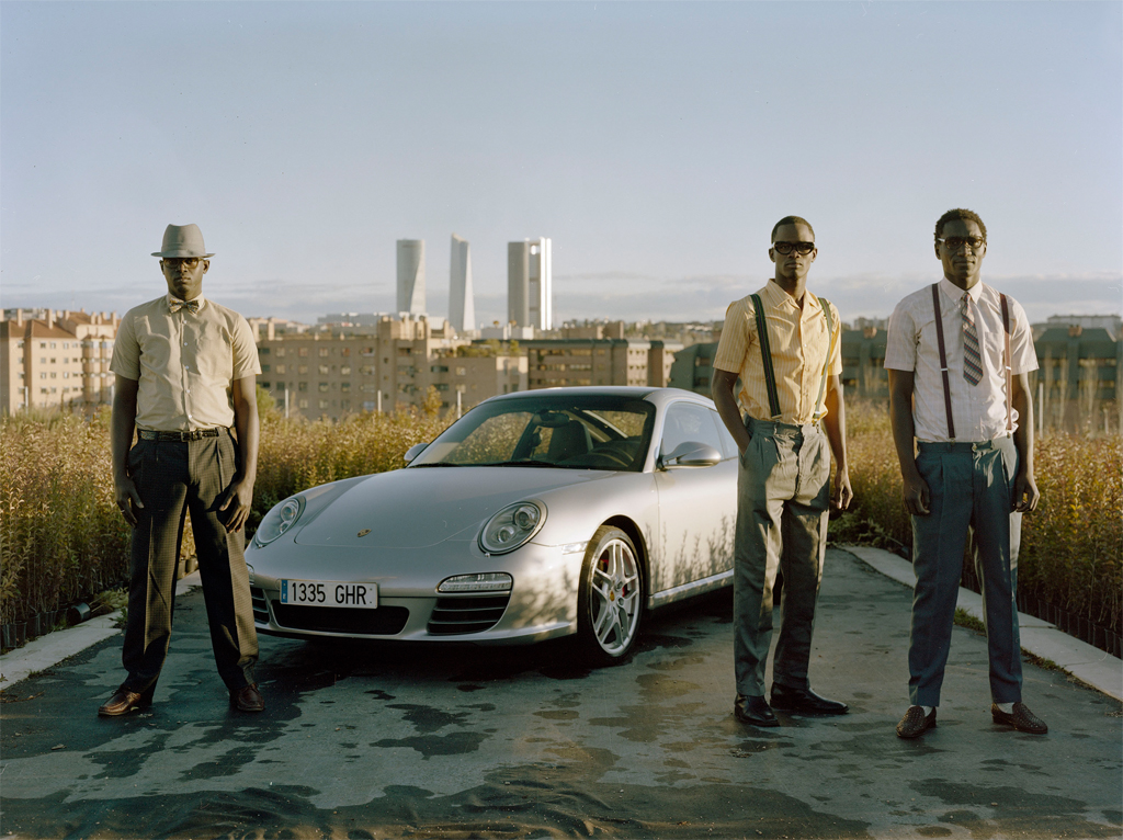 Jóvenes Inmigrantes Senegaleses con Porsche