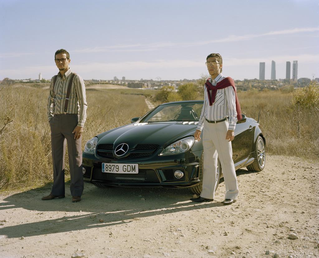 Jóvenes Inmigrantes Marroquíes con Mercedes